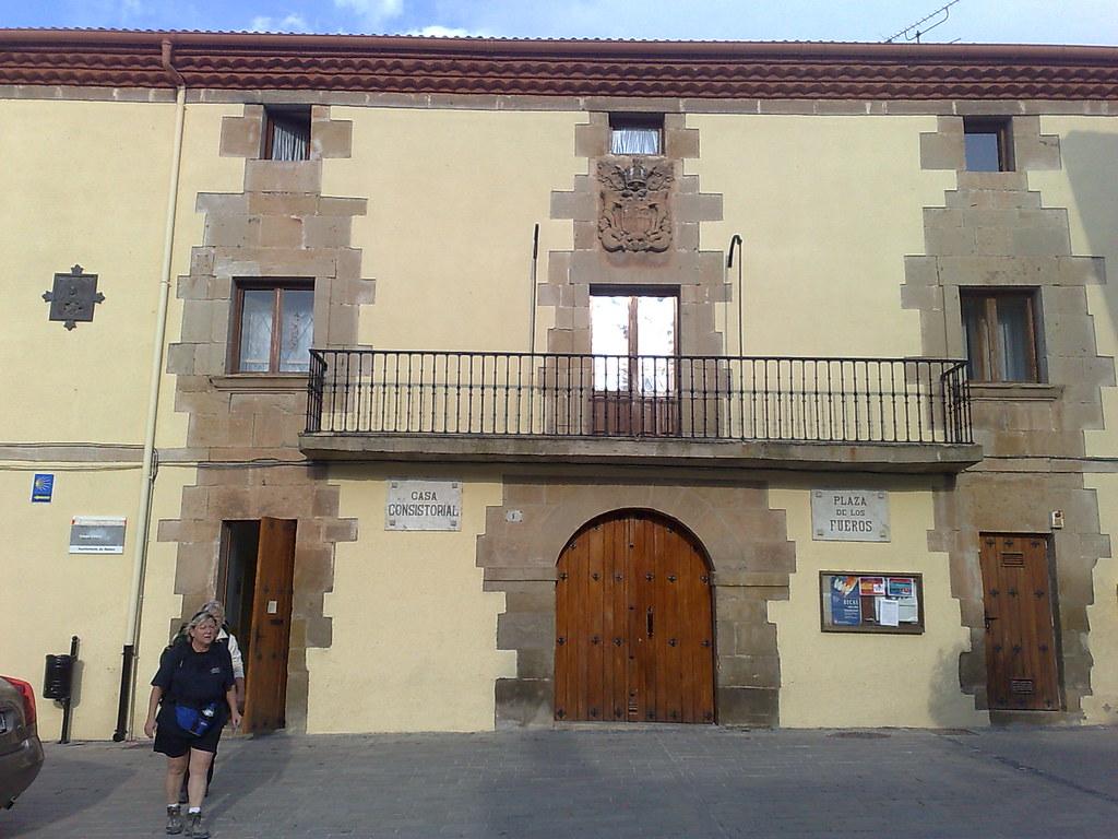 Fachada del Ayuntamiento de Mañeru, Navarra - Camino de Santiago