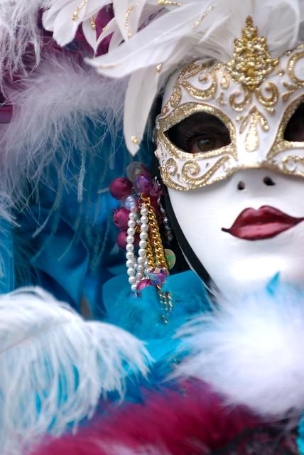 La scura maschera del carnevale guspinese è chiamata Cambas de Linna, ossia gambe di legno, e ha da sempre accompagnato i più recenti carri allegorici, mentre quella della Sartiglia di Oristano è su Cumponidori, dall'inquietante aspetto androgino.