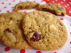 Cranberry white chocolate chip oatmeal cookies / Cookies de aveia, chocolate branco e cranberries | by Patricia Scarpin