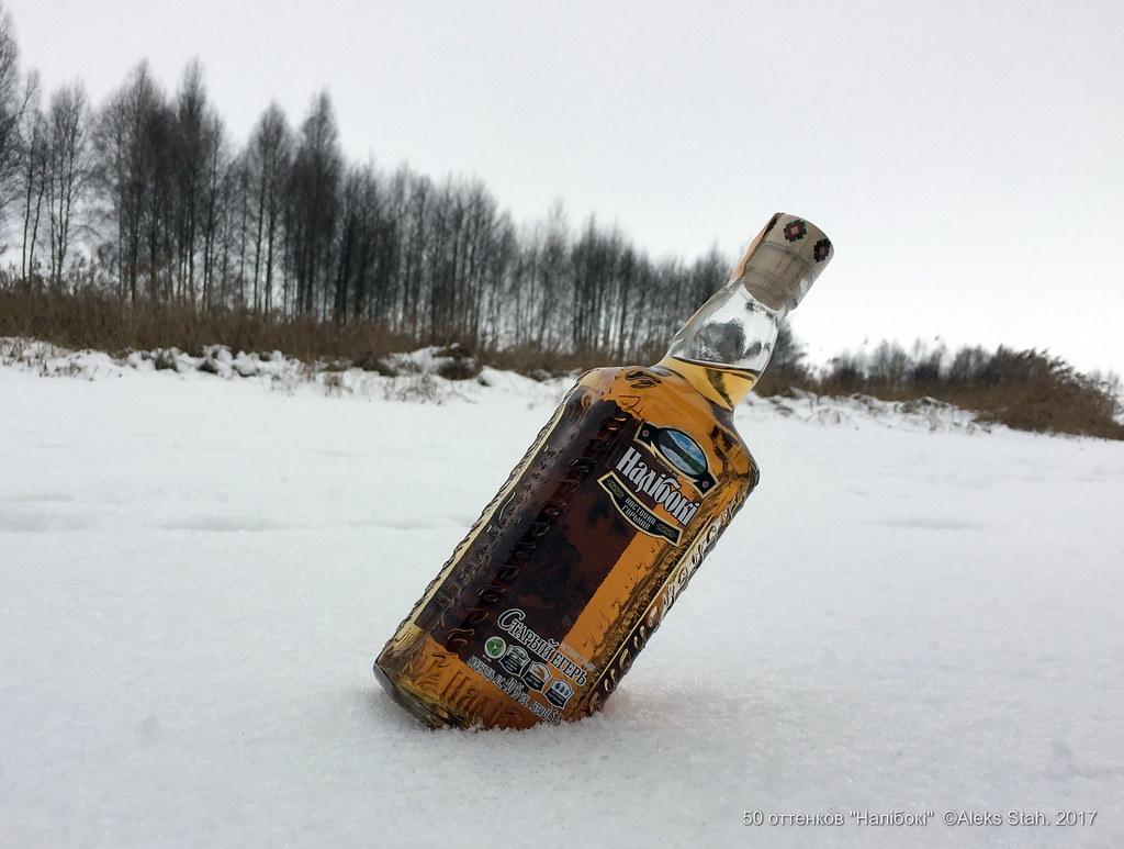 Обнаженная фотомодель на снегу