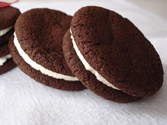 Chocolate Sandwich Cookies with Vanilla-Cream Filling (Homemade Oreos) / Cookies de chocolate com recheio de baunilha (Oreos caseiros) | by Patricia Scarpin