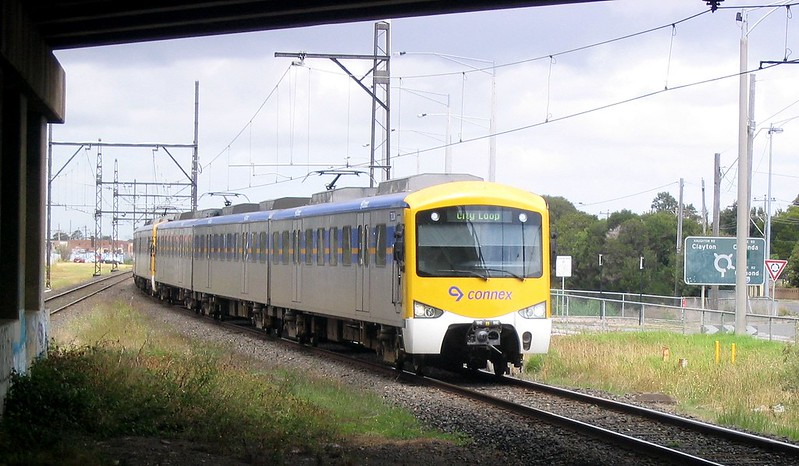 Connex train approaching Huntingdale, February 2007