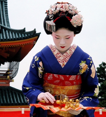 japanese / fan / dance / travel / woman / shrine : maiko (apprentice geisha) kyoto, japan | by momoyama