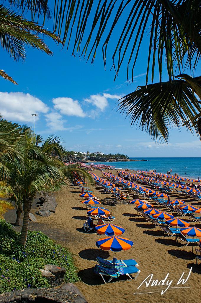 Playa grande en puerto del carmen sombrillas y hamacas - Hamacas de playa ...