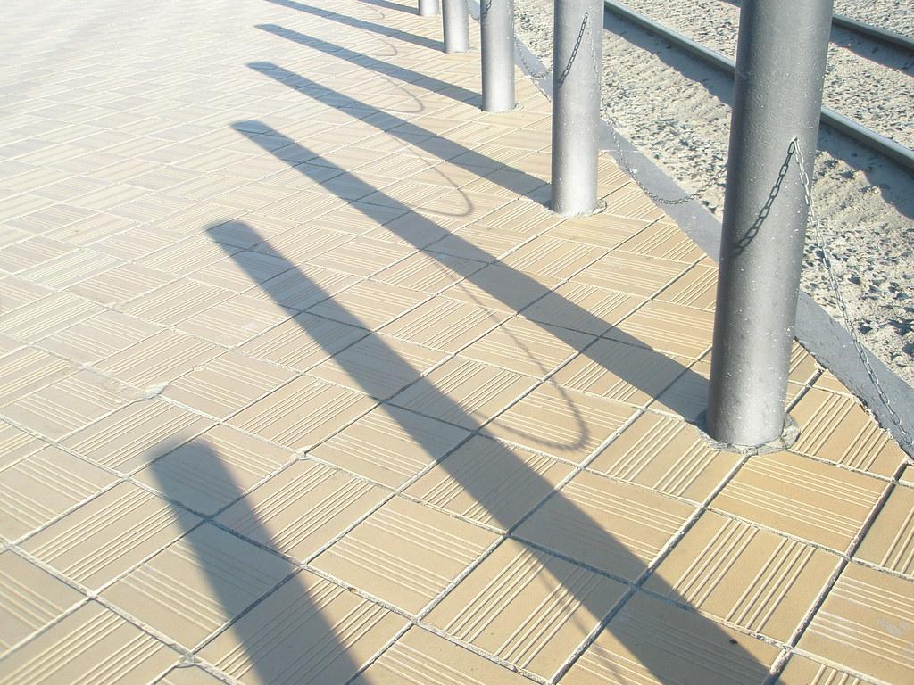 Schaduw van paaltjes elkevdb flickr - Van schaduw dak ...