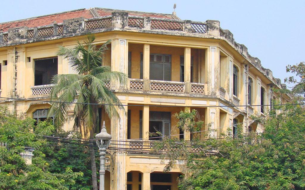 Ancienne maison coloniale en face de la poste une for Ancienne maison des gardes lourmarin