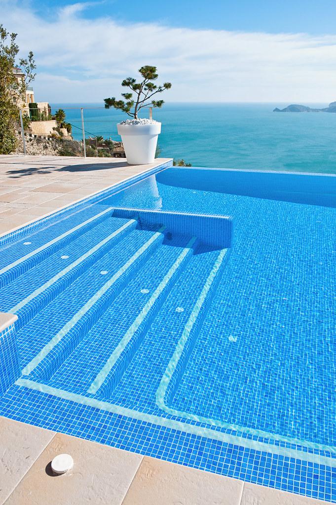 Escalera de acceso a piscina piscina infinity con vistas for Gunitec piscinas