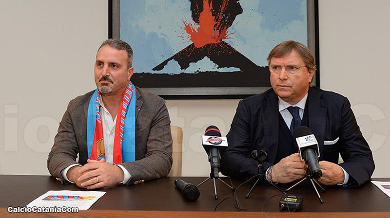 Il nuovo tecnico etneo Mario Petrone con la sciarpa rossazzurra