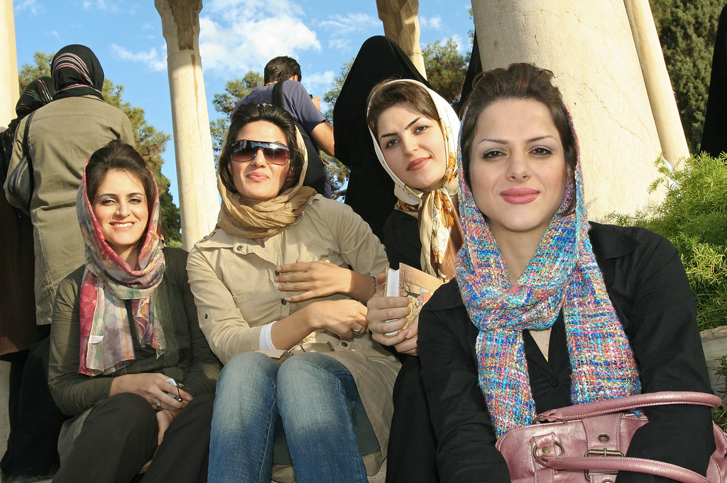 Shiraz Tumba Hafez Girls From Tehran Visiting Hafez 39 S Tomb Flickr