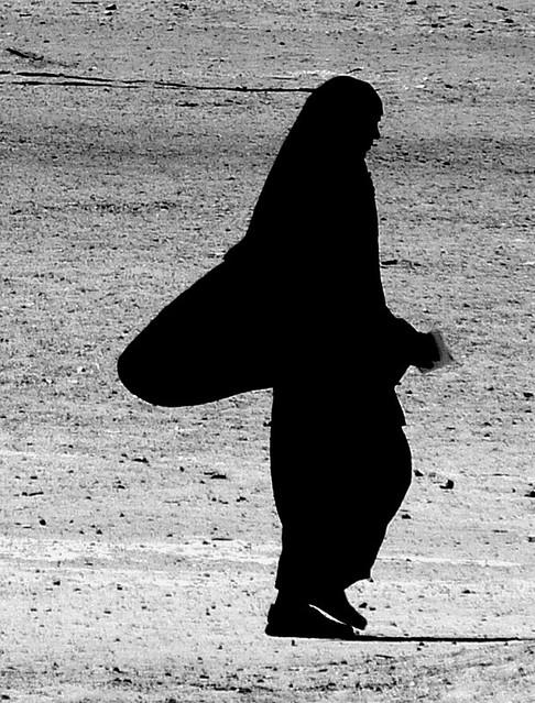 Mujer Vestida De Negro Oasis De Farafra Almadrid Flickr