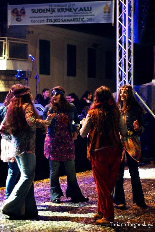 """Карнавальная группа """"Хиппи"""" во время праздника"""