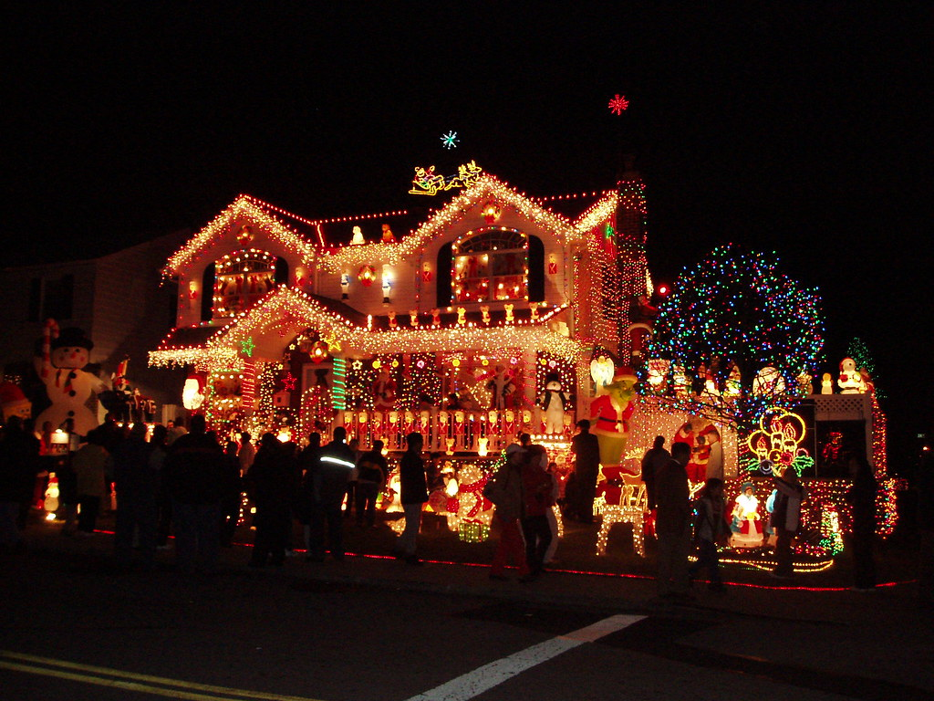 Christmas in queens christmas lights and decorations on for New york decorations for the home
