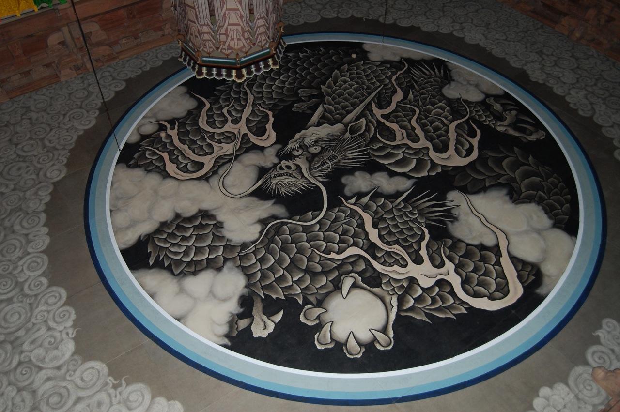 Dragón de bola de dragón en un templo Japonés