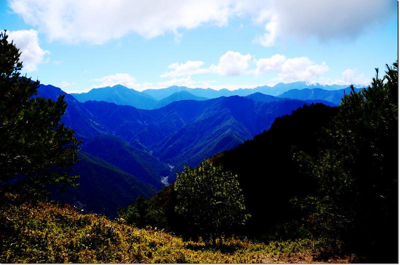 登山途中俯瞰楠子仙溪、南眺中央山脈南一段稜線 1