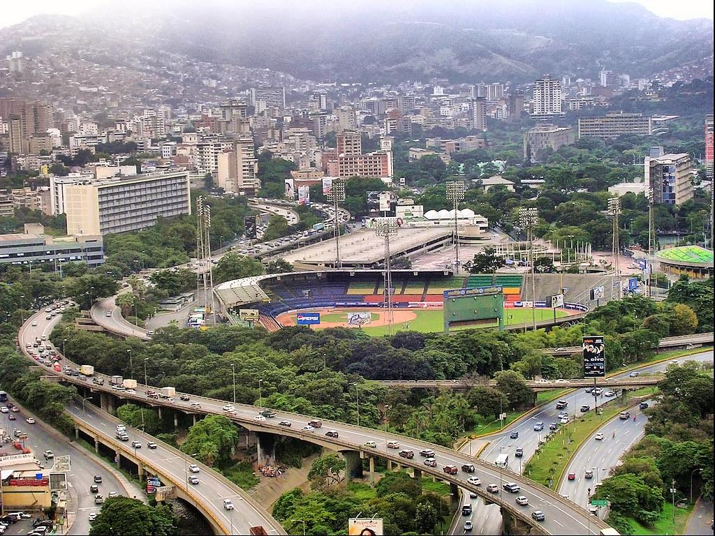 Caracas (Venezuela). Vista de la ciudad con el estadio de