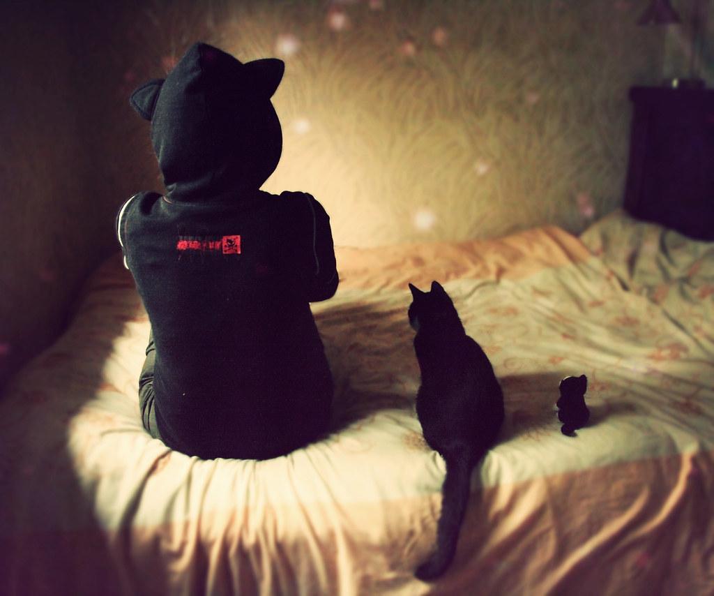 Девушка с черными волосами с котом фото