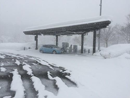 秋田自動車道 錦秋湖SA(下り)で急速充電中の日産リーフ