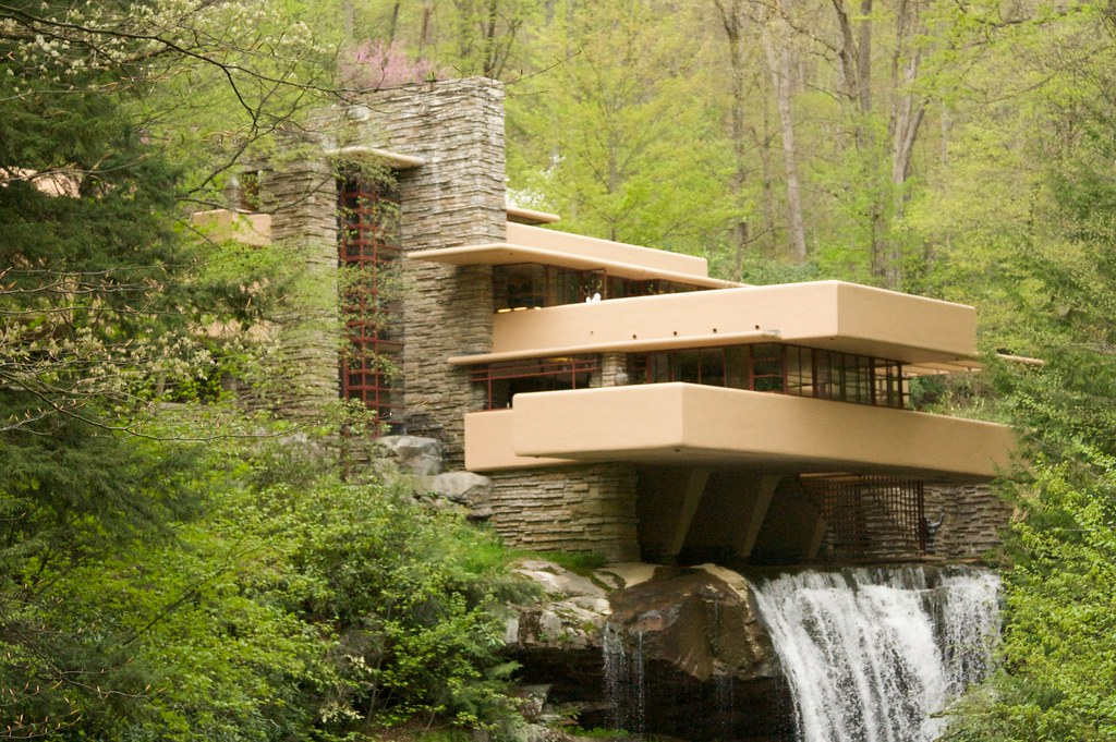 Fallingwater in spring another shot of fallingwater in for Frank lloyd wright stile prateria