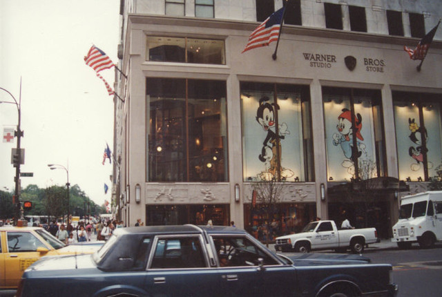 Warner brothers studio store new york this location is for Store fenetre new york
