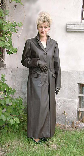 lady long leather trench coat a beautiful lady dressed. Black Bedroom Furniture Sets. Home Design Ideas