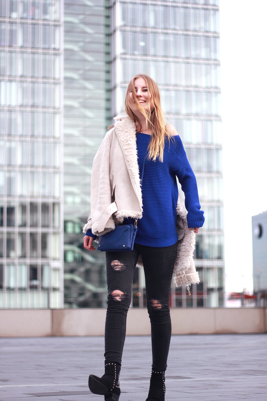 outfit ralph lauren pullover königblau shearling jacke skinny jeans boots