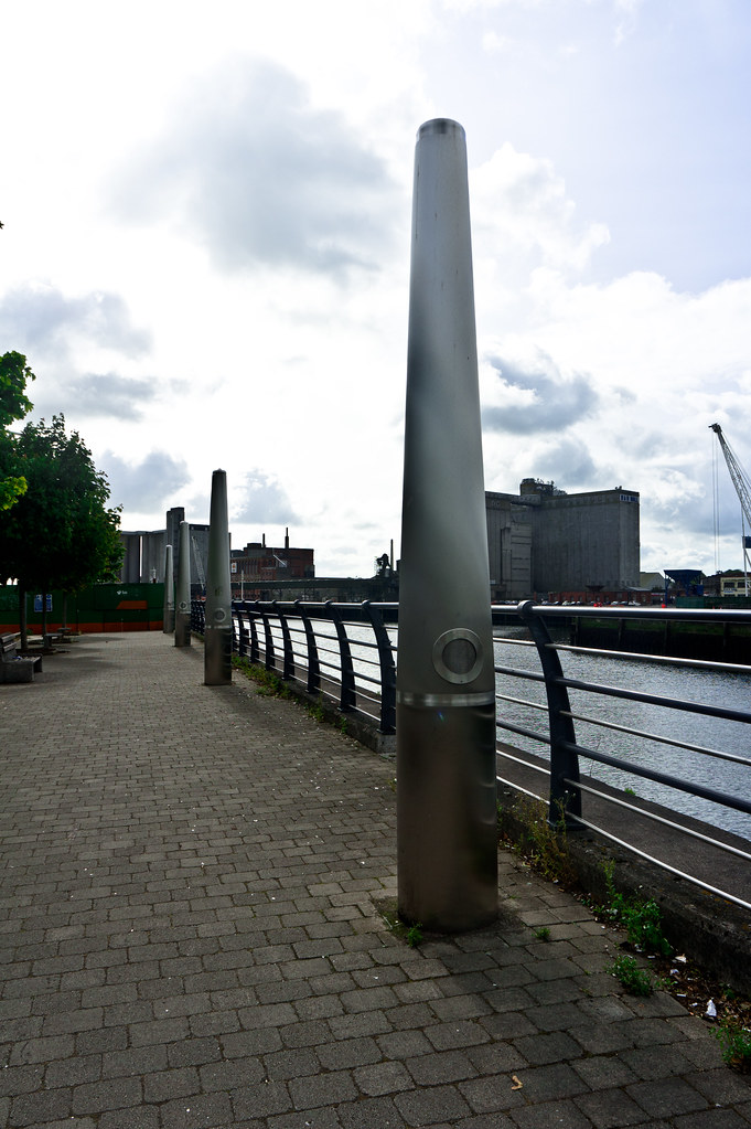 THE LISTENING POST MONUMENT ON PENROSE QUAY 005