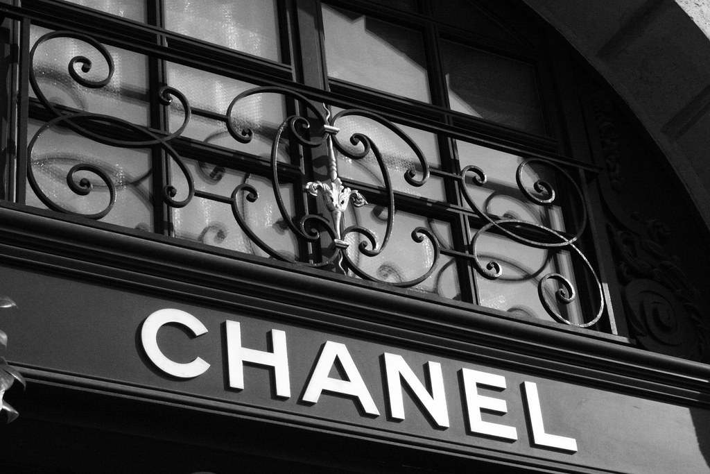 Chanel sign on store in paris france chanel sign on for Silverleaf com