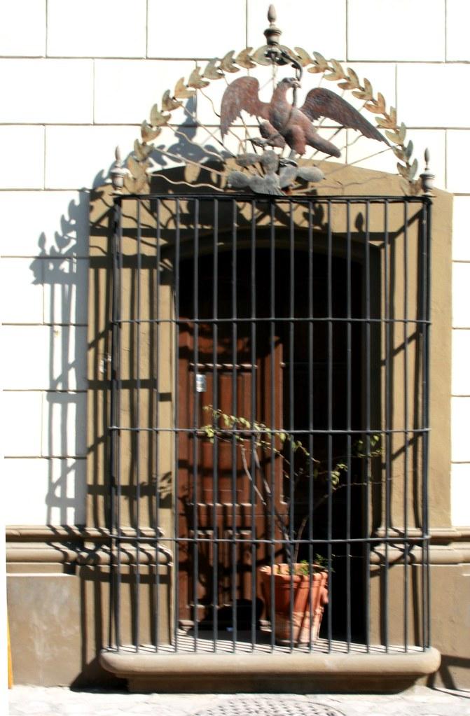 Una de las ventanas de la casa de las guilas barrio a - La casa de las angulas ...