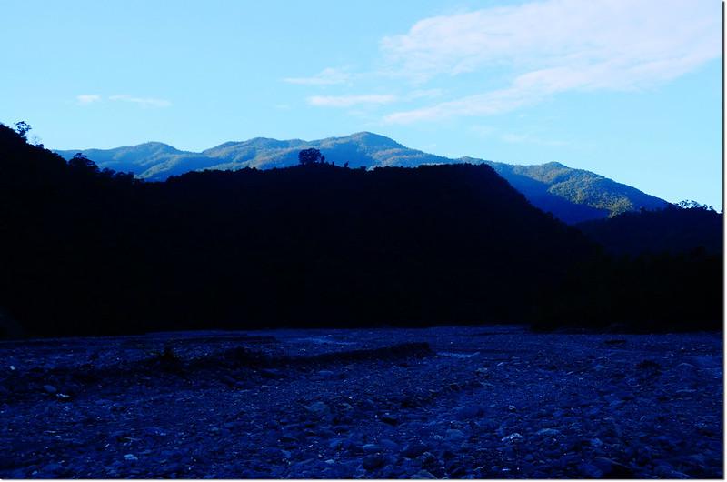 吐蛇流河床路南望戶亞宇山