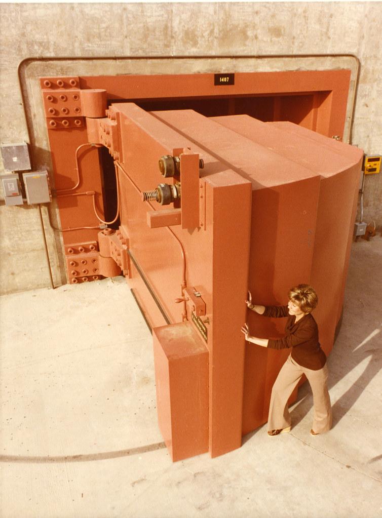 Rotating target neutron source rtns ii door 1979 a - Penture porte lourde ...