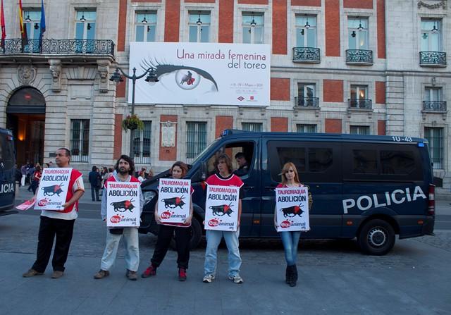 Protesta antitaurina frente al edificio de la comunidad de for Edificio de la comunidad de madrid