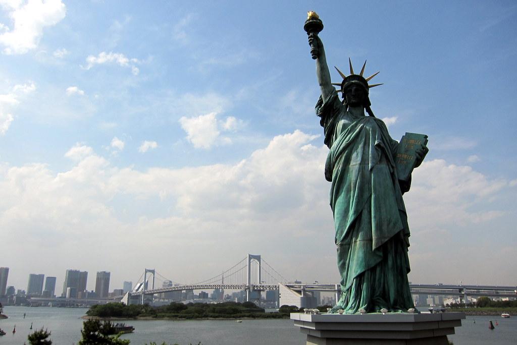 tokyo odaiba statue of liberty replica and rainbow brid