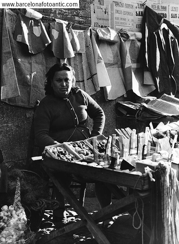 Vendedora ambulante en la Plaza Mayor en 1958. Fotografía de Joan Miquel Quintilla