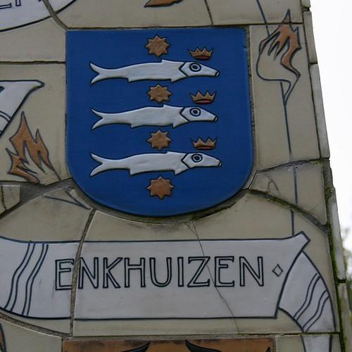 Drie gekroonde haringen   Wapen van Enkhuizen op gedenknaald u2026   Flickr