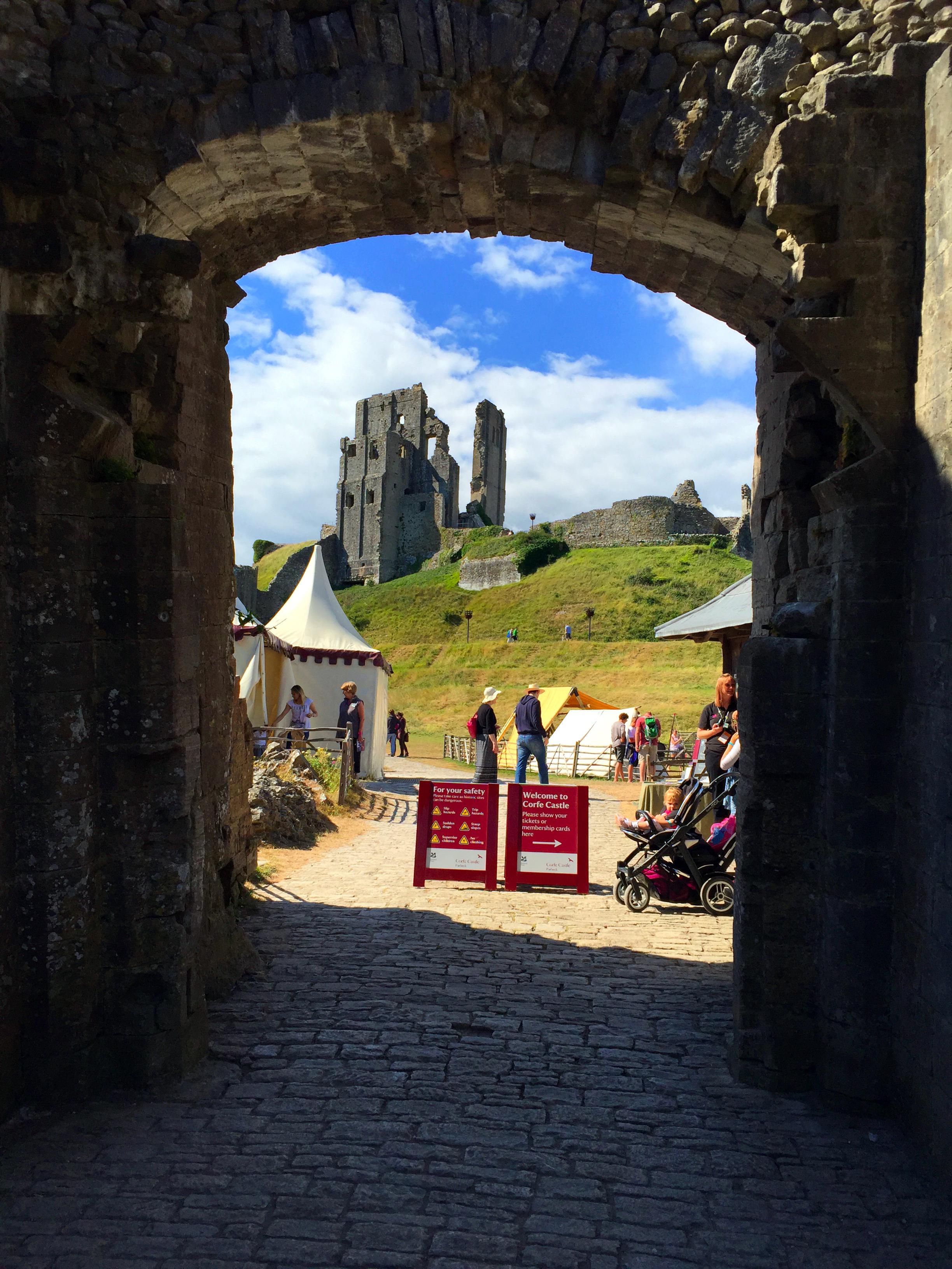 """Corfe Castle - La Bruja Novata - Inglaterra castillo de corfe - 32022193984 0f4130709e o - Escenarios de """"La Bruja Novata"""" – Castillo de Corfe"""