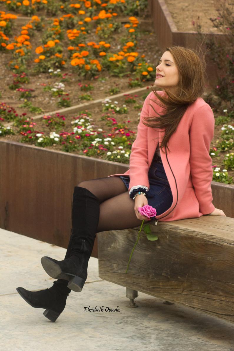 falda midi vaquera abrigo rosa zara heelsandroses botas negras stradivarius (4)
