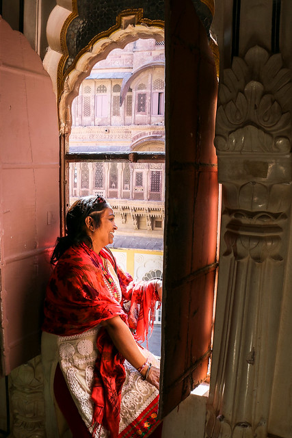 Smiling woman in Mehrangarh Fort, Jodhpur, India ジョードプル メヘラーンガル・フォート内で休憩中の女性