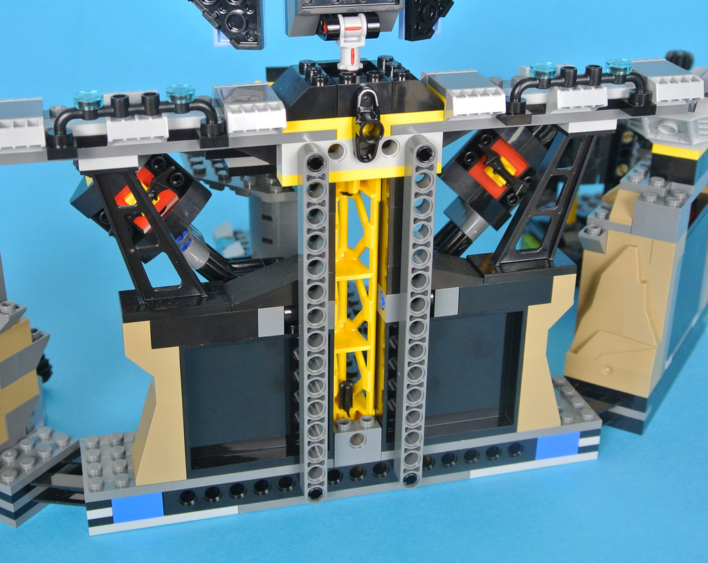 Review 70909 Batcave Break In Brickset Lego Set Guide And Database The Batman Movie