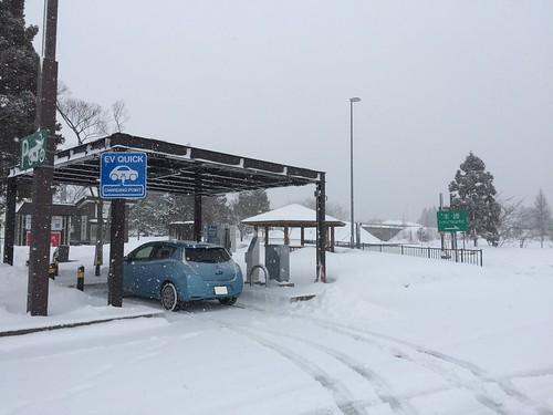 秋田自動車道 西仙北SA(上り) で急速充電中の日産リーフ