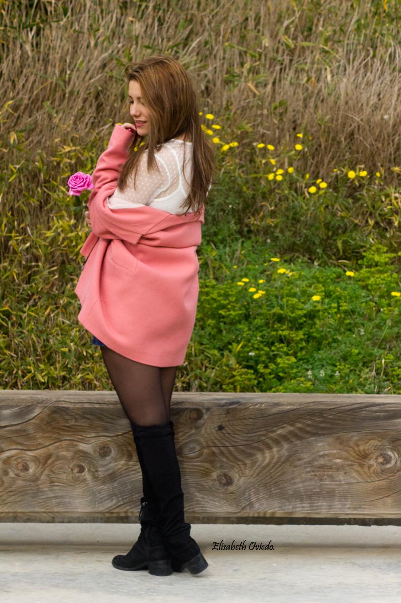 falda midi vaquera abrigo rosa zara heelsandroses botas negras stradivarius (5)