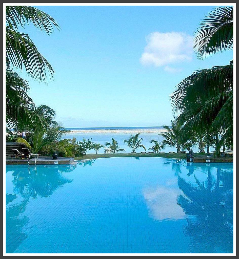 Sea and swimming pool in le pavillon le morne for Swimming pool mauritius