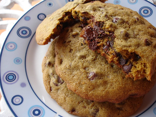 Chocolate chip-stuffed cookies / Cookies recheados com gotas de chocolate | by Patricia Scarpin
