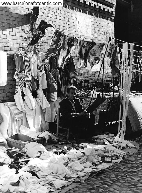 Vendedor ambulante en la Plaza Mayor en 1958. Fotografía de Joan Miquel Quintilla