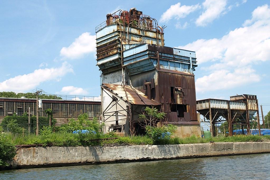 Abandoned Cement Plant : Abandoned concrete plant on newtown creek long island cit