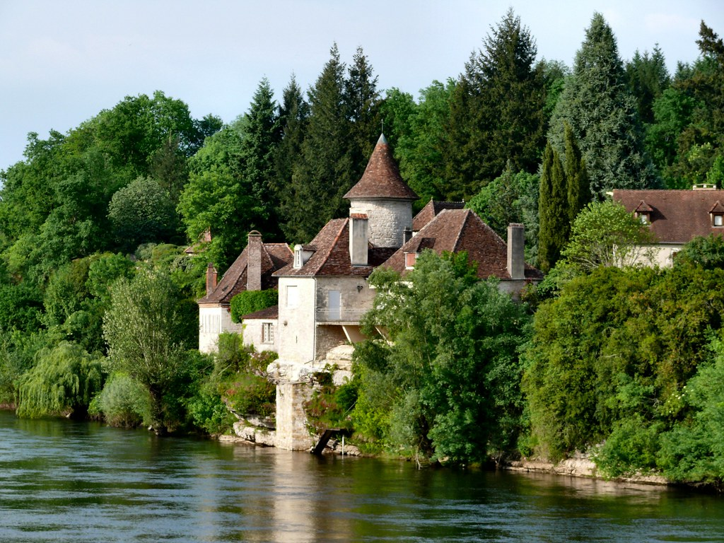 Dordogne banks at Meyronne | A little castle on the bank ...
