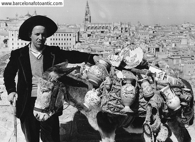 Vendedor ambulante de cerámica en el Valle en 1955. Fotografía de Joan Miquel Quintilla