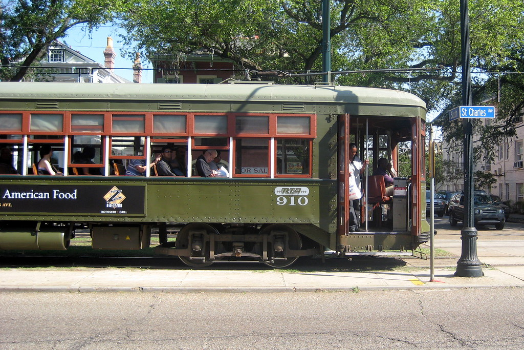 New Orleans Street Cars: New Orleans - Garden District: St. Charles Streetcar