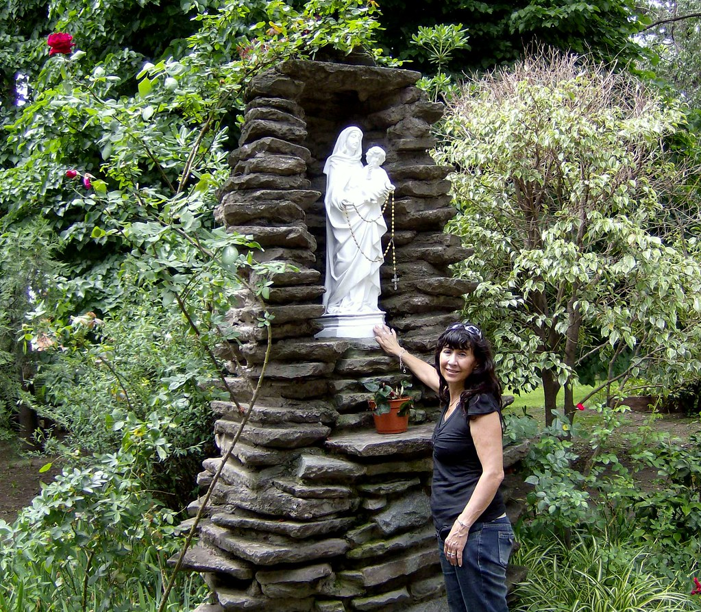 Gruta de la virgen en el jardin de las monjitas gabilof for Grutas para jardines pequenos