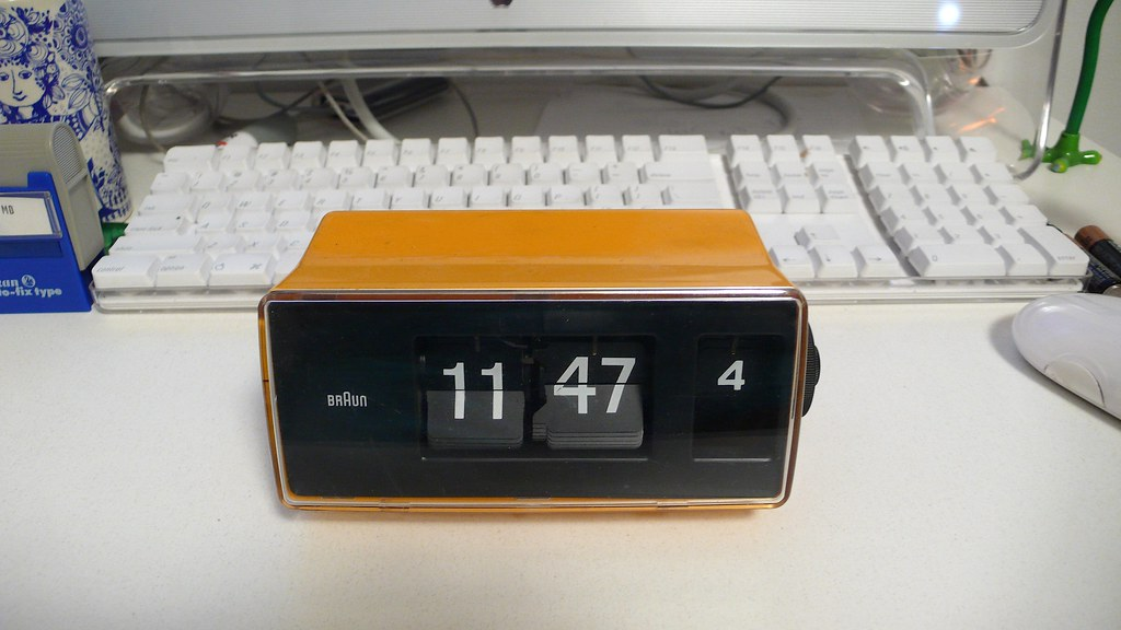 yellow braun flip clock wecker type 4925 scleroplex