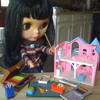 my current Blythe avatar (Goldie) feeling my pain of unpinking a massively pink Barbie dollhouse | by Vixie Vaporous